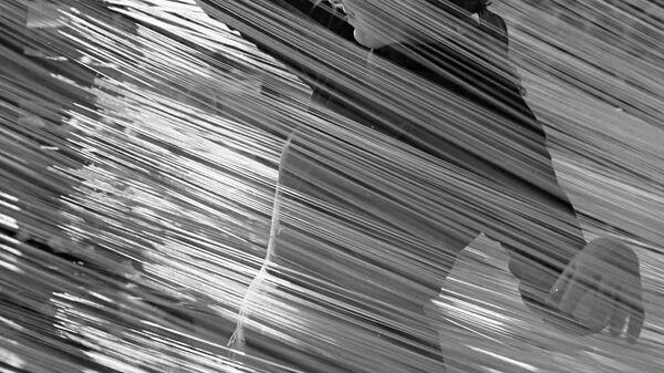 Работница комбината искусственного синтетического волокна за работой в ткацком цехе
