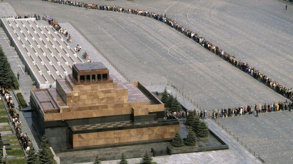 Очередь в Мавзолей В.И. Ленина на Красной площади