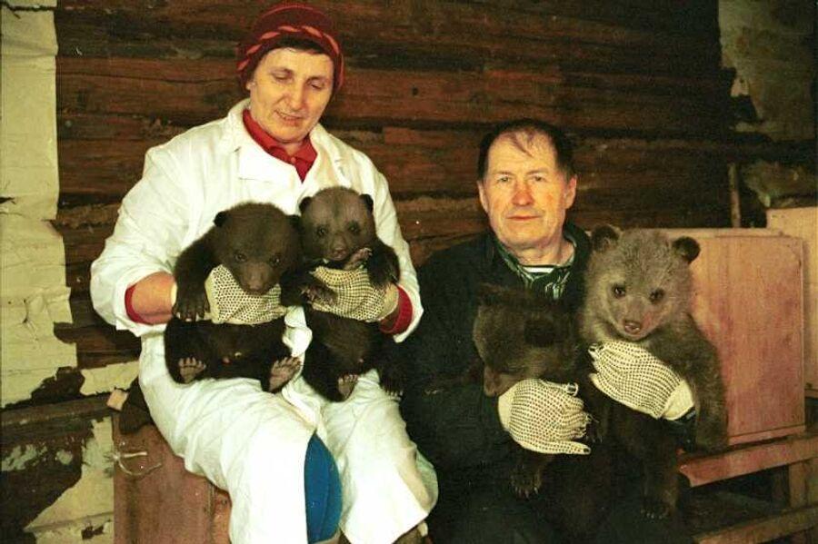Светлана Ивановна и Валентин Сергеевич Пажетновы с медвежатами