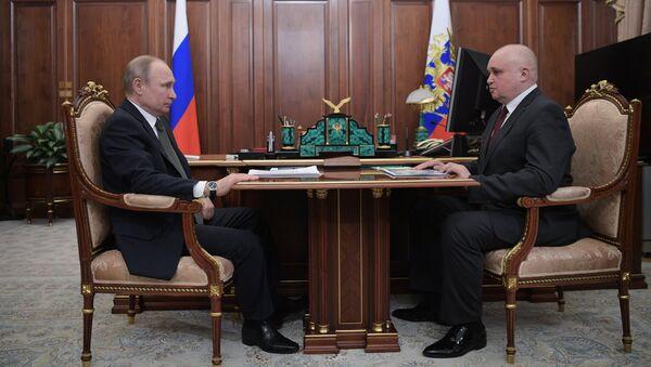Владимир Путин и временно исполняющий обязанности губернатора Кемеровской области Сергей Цивилев во время встречи. 5 апреля 2018
