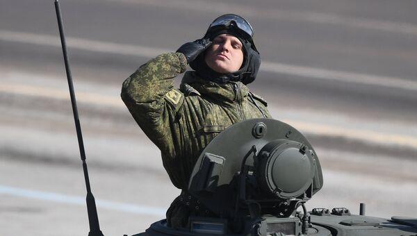 Военнослужащий во время репетиции Парада Победы на военном полигоне Алабино в Московской области