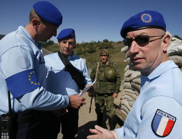 Наблюдатели Евросоюза на одном из российских блокпостов в буферной зоне