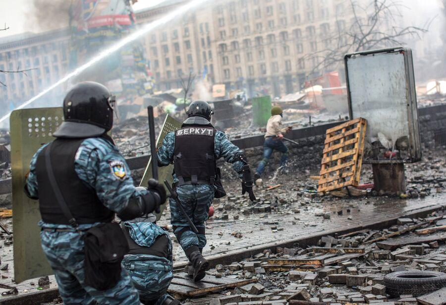 Сотрудники правоохранительных органов во время столкновений с митингующими на площади Независимости в Киеве. 19 февраля 2014
