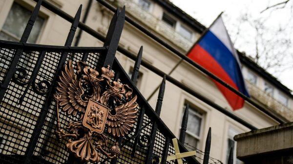Герб на ограде здания российского посольства в Лондоне. Архивное фото