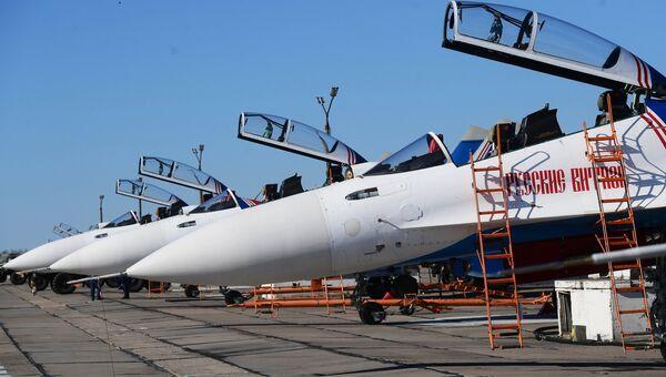 Многоцелевые истребители Су-30СМ пилотажной группы Русские Витязи на аэродроме Кубинка перед началом репетиции воздушной части парада Победы