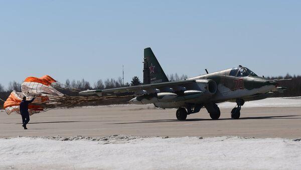 Штурмовик Су-25 садится на аэродроме Кубинка после репетиции воздушной части парада Победы