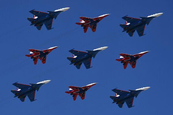 Многоцелевые истребители Су-30СМ пилотажной группы Русские Витязи и МиГ-29 пилотажной группы Стрижи на репетиции парада Победы на военном полигоне Алабино