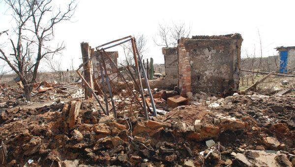 Разрушенные дома в поселке Желобок в Луганской области на линии разграничения. архивное фото
