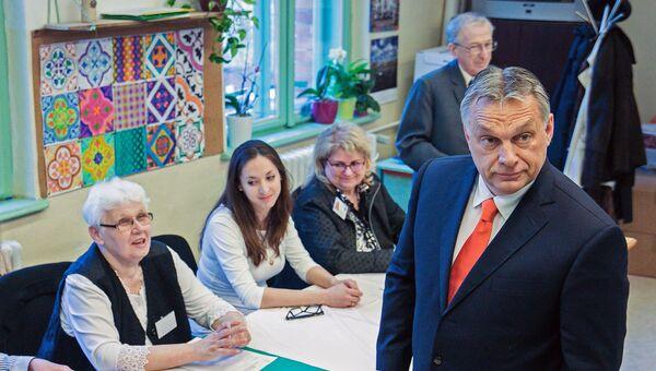 Премьер-министр Венгрии Виктор Орбан на избирательном участке в Будапеште во время парламентских выборов в Венгрии