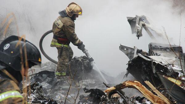 Сотрудники МЧС на месте крушения вертолета МИ-8 в городе Хабаровске. 11 апреля 2018