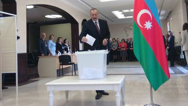 Президент Азербайджана Ильхам Гейдар оглы Алиев во время голосования. 11 апреля 2018