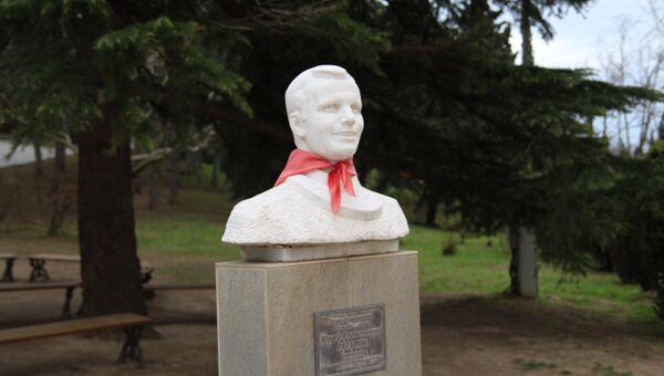 Памятник Гагарину на территории детского лагеря Хрустальный.