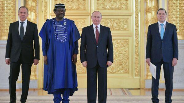 Президент РФ Владимир Путин и чрезвычайный и полномочный посол Нигерии Стив Дэвис Угба на церемонии вручения верительных грамот. 11 апреля 2018