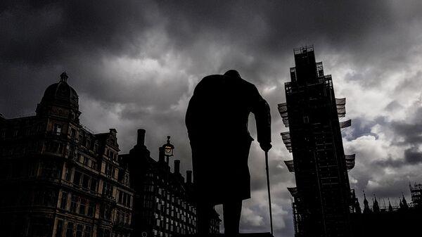 Памятник бывшему премьер-министру Великобритании Уинстону Черчиллю на Парламентской площади и башня Вестминстерского дворца (Биг-Бен). Архивное фото