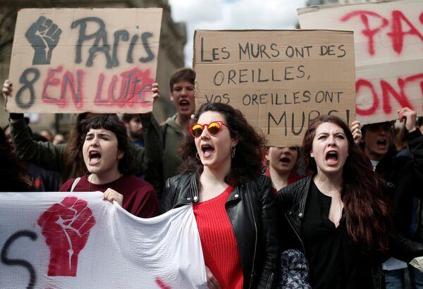 Акция протеста против университетской реформы президента Макрона у Сорбонны в Париже
