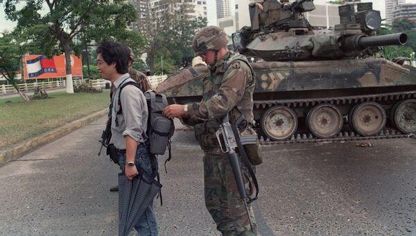 Американский солдат обыскивает курьера во время операции Правое дело в Панаме