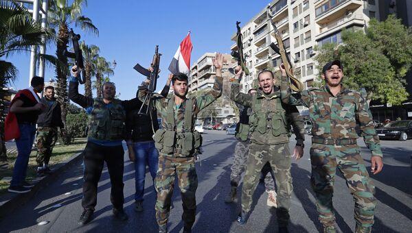 Сирийские солдаты во время демонстрации против воздушных ударов коалиции под командованием США в Дамаске. 14 апреля 2018