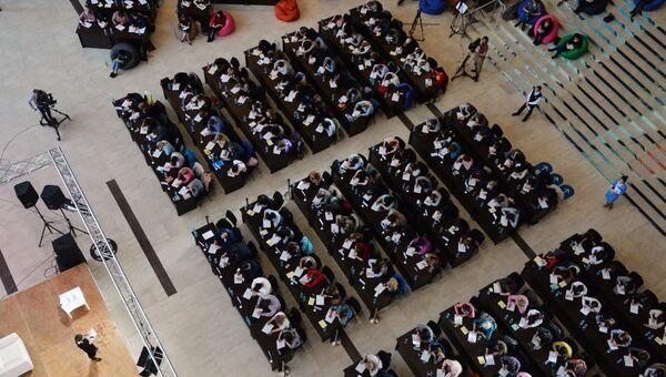 Участники ежегодной образовательной акции по проверке грамотности Тотальный диктант-2018 в Дальневосточном федеральном университете во Владивостоке. Архивное фото
