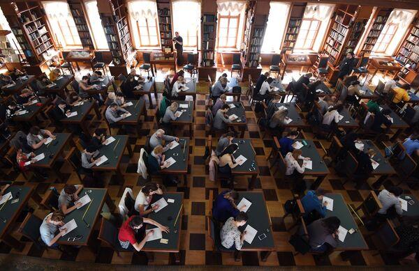 Участники ежегодной образовательной акции по проверке грамотности Тотальный диктант-2018 в Российской государственной библиотеке в Москве