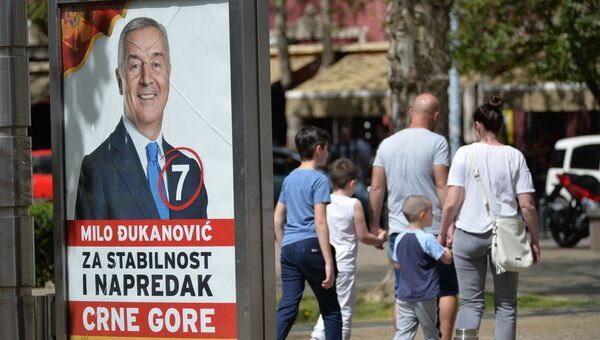 Предвыборный агитационный плакат бывшего премьера и президента Мило Джукановича на улицах Подгорицы в Ченогории. 14 апреля 2018