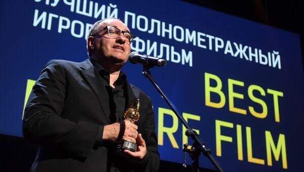 Продюсер фильма Нелюбовь Александр Роднянский, получает награду в номинации Лучший игровой полнометражный фильм, на церемонии вручения премии Восток - Запад. Золотая арка. 14 апреля 2018