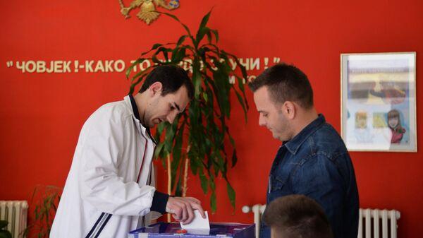 Мужчина голосует на выборах президента Черногории