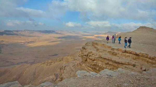 Прогулка по краю кратера Рамон в пустыне Негев в Израиле