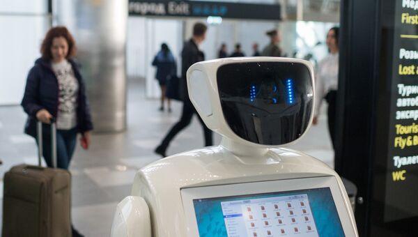 Робот Симфи, который  может сфотографировать пассажиров по их просьбе, а также ответить на их вопросы о новом терминале Крымская волна международного аэропорта Симферополь