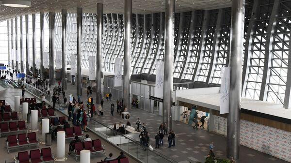 Пассажиры в здании нового терминала Крымская волна международного аэропорта Симферополь