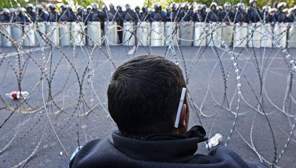 Мужчина на улице Еревана, где проходит акция протеста сторонников оппозиции