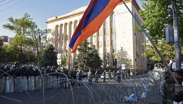 Сотрудники правоохранительных органов на улице Еревана, где проходит акция протеста сторонников оппозиции