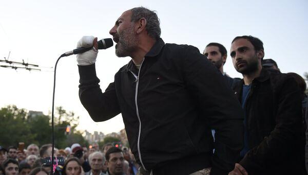 Лидер партии Гражданский договор Никол Пашинян на улице Еревана, где проходит акция протеста сторонников оппозиции