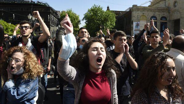 Участники акции протеста сторонников оппозиции в Ереване. 17 апреля 2018
