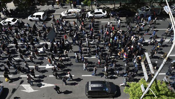 Участники акции протеста сторонников оппозиции на улице Амирян в Ереване. 17 апреля 2018