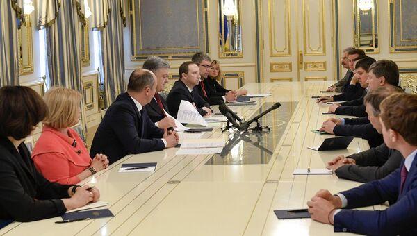 Президент Украины Петр Порошенко во время  встречи с главами фракций в Верховной Раде Украины. 17 апреля 2018