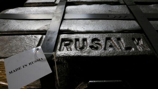 Алюминиевый слиток в литейном цехе завода Русал в Красноярске