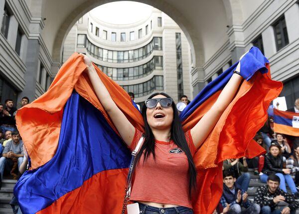 Участница акции протеста сторонников оппозиции в Ереване. 18 апреля 2018