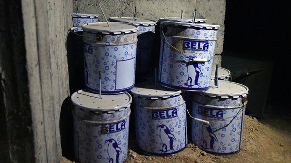 Емкости с взрывчаткой в химической лаборатории боевиков. Архивное фото