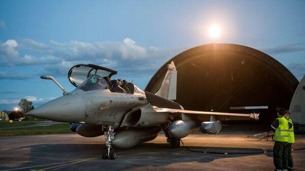 Истребитель Rafale перед авиаударом коалиции по Сирии на авиабазе Сен-Дизье на востоке Франции