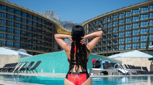 Девушка у отеля Мрия Резорт
