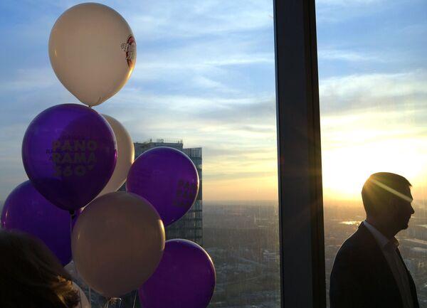 Посетитель на самой высокой смотровой площадке в Европе, которая находится на 89 этаже Башни Федерация-Восток делового комплекса Москва-Сити