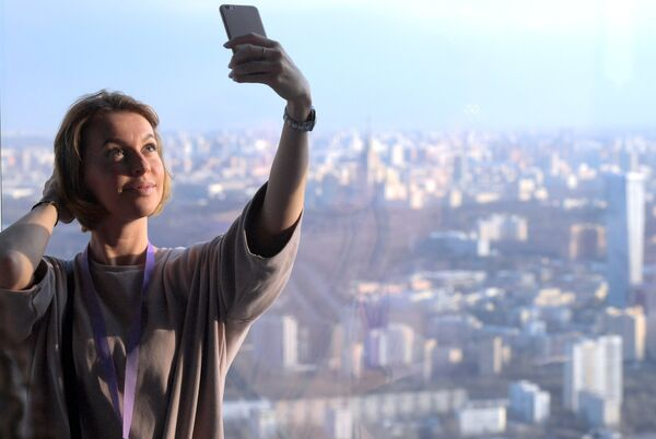 Посетительница делает селфи на самой высокой смотровой площадке в Европе, которая находится на 89 этаже Башни Федерация-Восток делового комплекса Москва-Сити