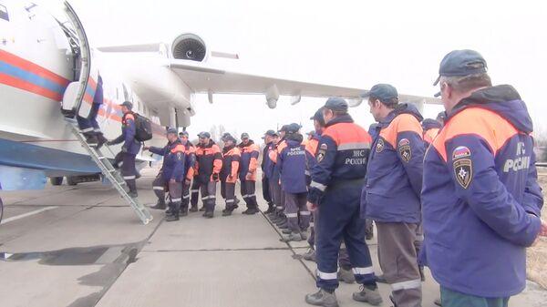Спасатели МЧС России во время погрузки на самолет Бе-200ЧС, отправляемый для оказания помощи в борьбе с природными пожарами в Амурскую область. 19 апреля 2018