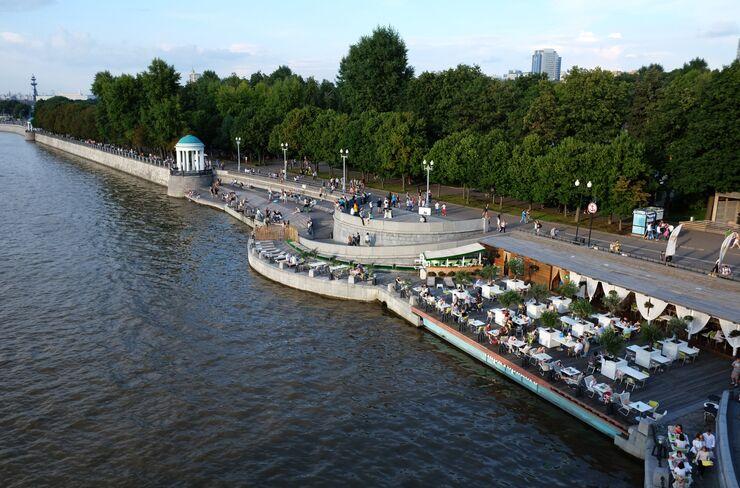 Жители отдыхают на Пушкинской набережной в Парке Горького в Москве