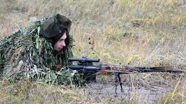 Снайпер 4-й отдельной танковой бригады с винтовкой СВД