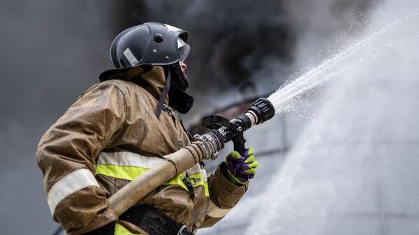 Сотрудник МЧС РФ во время учений по ликвидации пожара, проходящих на территории Афипского нефтеперерабатывающего завода в Краснодарском крае