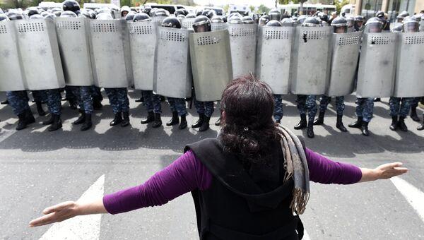 Участница акции протеста перед кордоном полицейских на площади Республики в Ереване. 22 апреля 2018