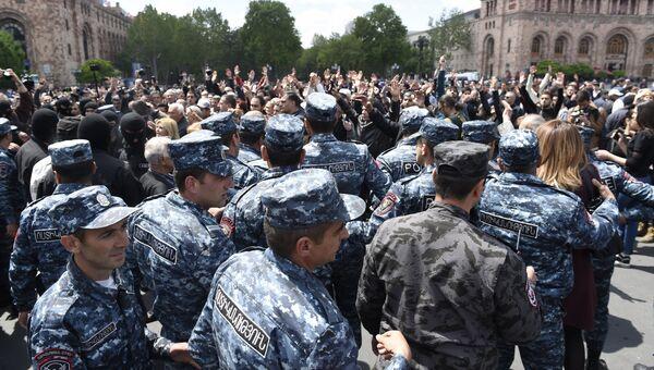 Полицейские на площади Республики в Ереване, где происходят акции протеста участников акций оппозиции. 22 апреля 2018