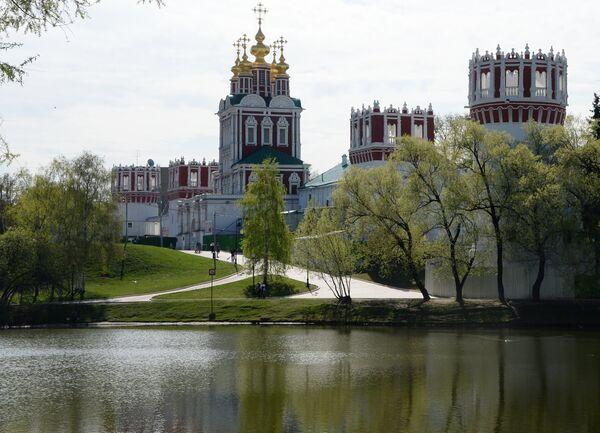 Стены Новодевичьего монастыря в Москве