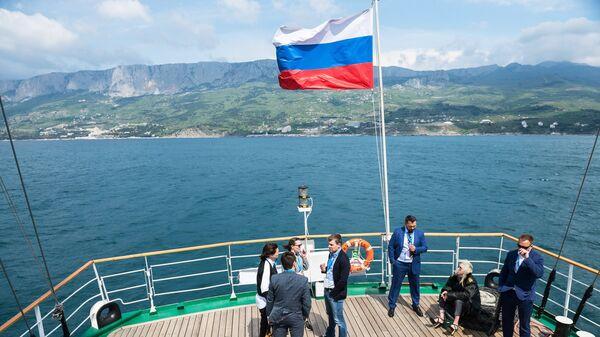 Вид на побережье Крыма с парусника Херсонес